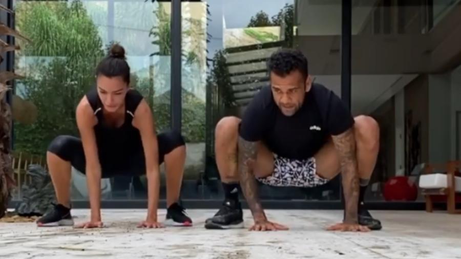 Daniel Alves se exercita em casa com a mulher, Joana Sanz - Reprodução/Instagram