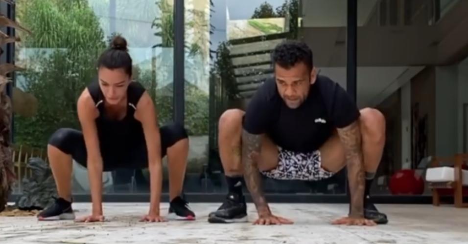 Daniel Alves se exercita em casa com a mulher, Joana Sanz