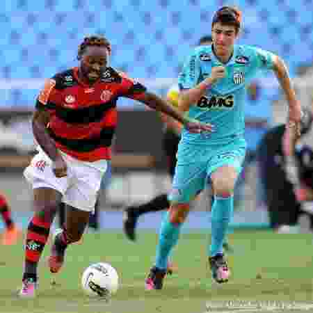 Gustavo Henrique, pelo Santos, marca Vagner Love, do Flamengo, em 2012 - Alexandre Vidal / Fla Imagem - Alexandre Vidal / Fla Imagem