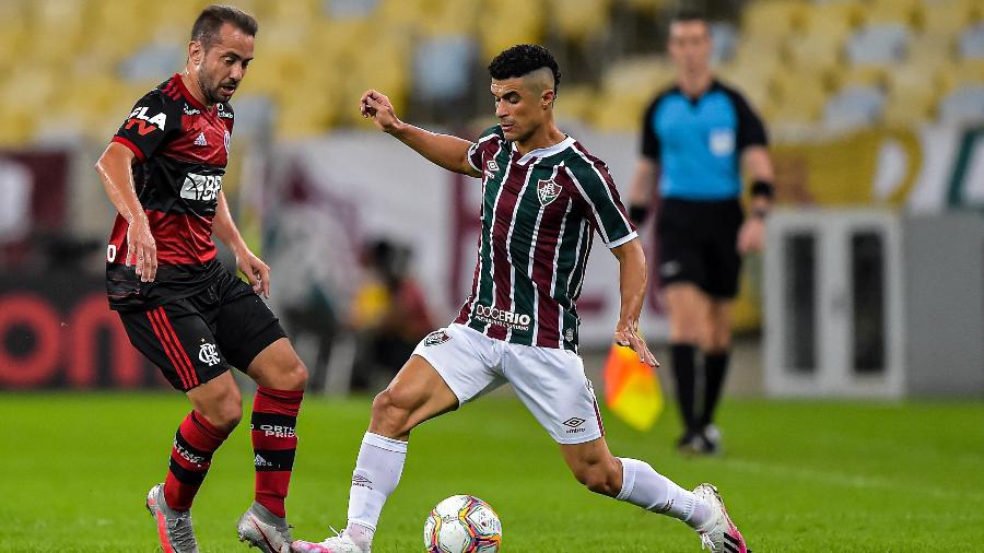 Egidio, do Fluminense, toca na bola e é marcado por Everton Ribeiro, do Flamengo - Thiago Ribeiro/AGIF