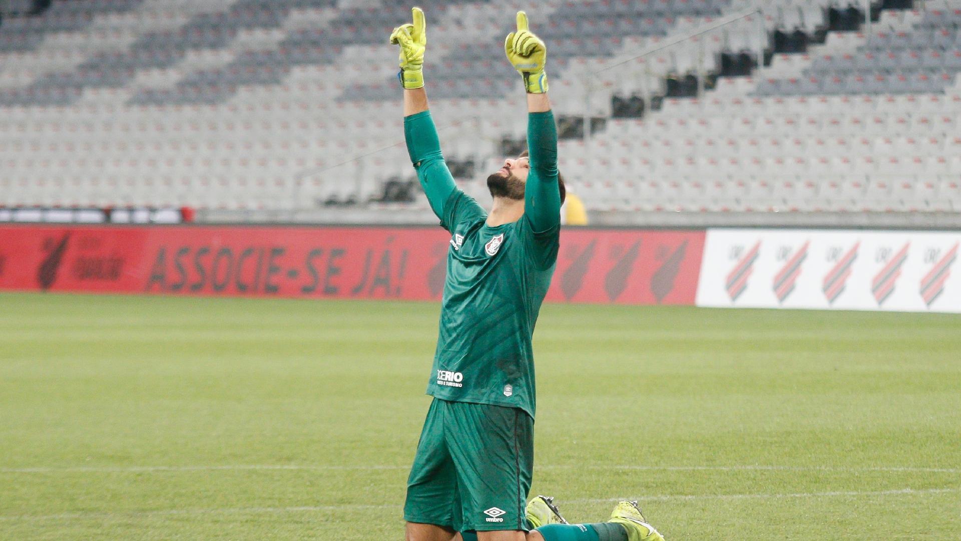 Muriel comemora após fazer defesas que garantiram a vitória do Fluminense