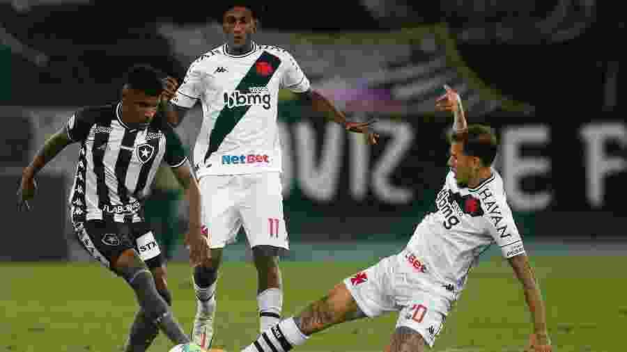 Rhuan, do Botafogo, tenta passar pela marcação dos jogadores do Vasco - Vitor Silva/Botafogo