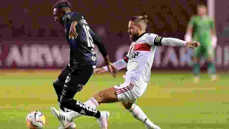 Beder Caicedo e Diego disputam a bola durante a partida entre Independiente del Valle e Flamengo, pela Libertadores 2020 - Pool/Getty Images