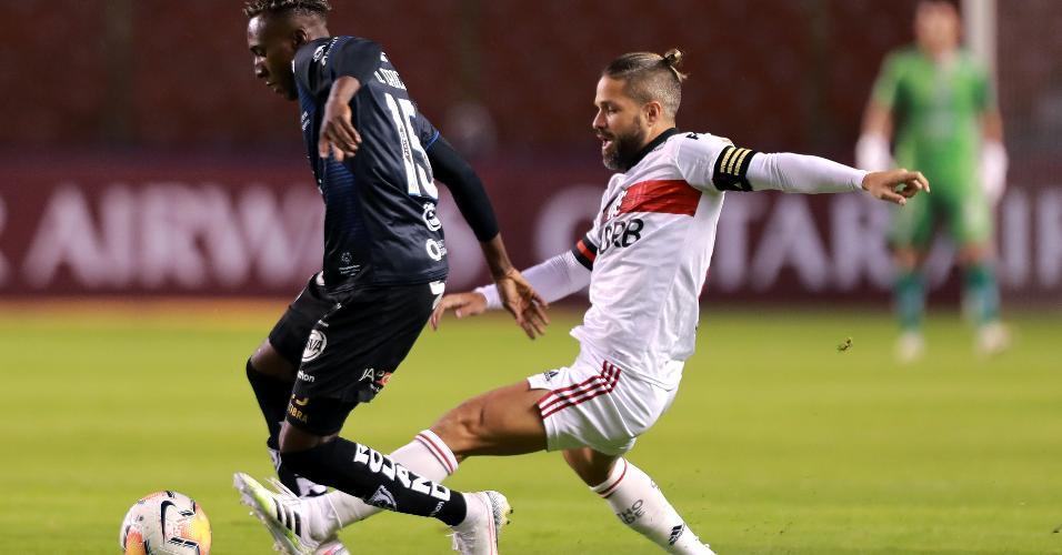 Beder Caicedo e Diego disputam a bola durante a partida entre Independiente del Valle e Flamengo, pela Libertadores 2020