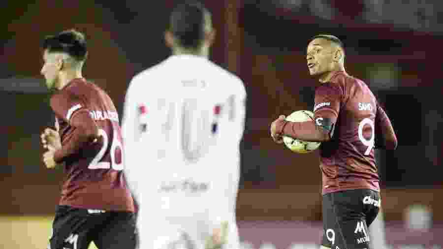 Sand comemora um de seus gols pelo Lanús na vitória sobre o São Paulo - Staff Images / CONMEBOL