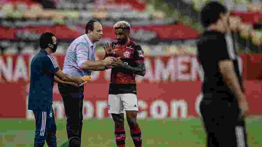 Vitinho recebe instruções do técnico Rogério Ceni na beira do campo - André Mourão/Foto FC/UOL