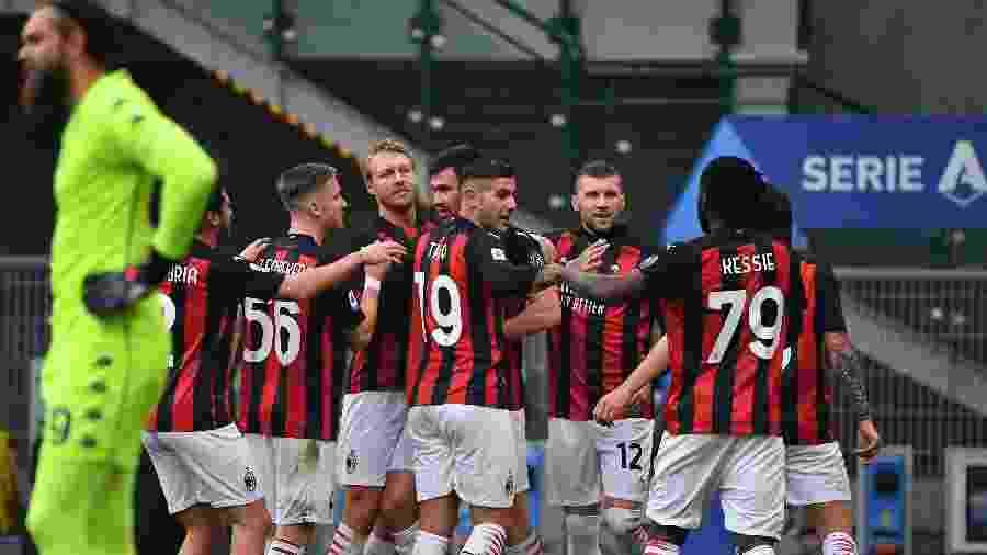 Jogadores do Milan celebram primeiro gol diante da Fiorentina - TIZIANA FABI/AFP