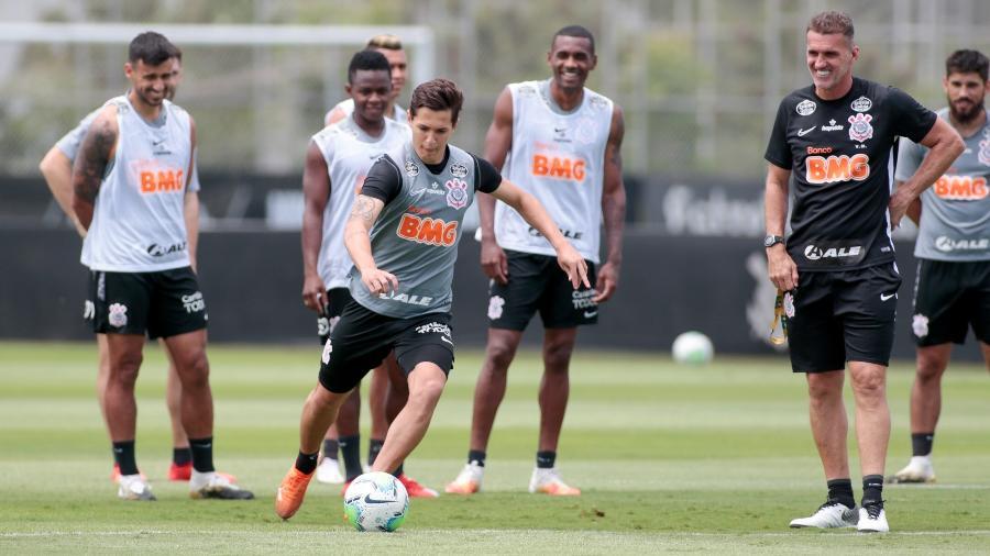 Mateus Vital em uma sessão de treinamentos no CT Joaquim Grava com o técnico Vagner Mancini  - Rodrigo Coca/ Agência Corinthians