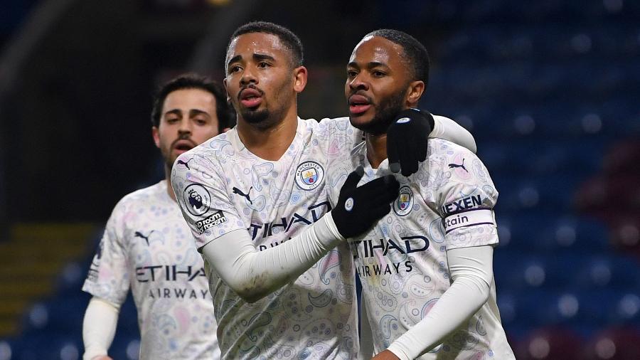 Gabriel Jesus (esq) e Sterling comemoram gol do City pelo Inglês - Gareth Copley / POOL / AFP