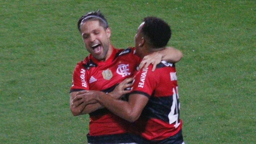 Rodrigo Muniz comemora seu gol com Diego durante partida do Flamengo contra o Coritiba, pela Copa do Brasil 2021; - Gabriel Machado/AGIF