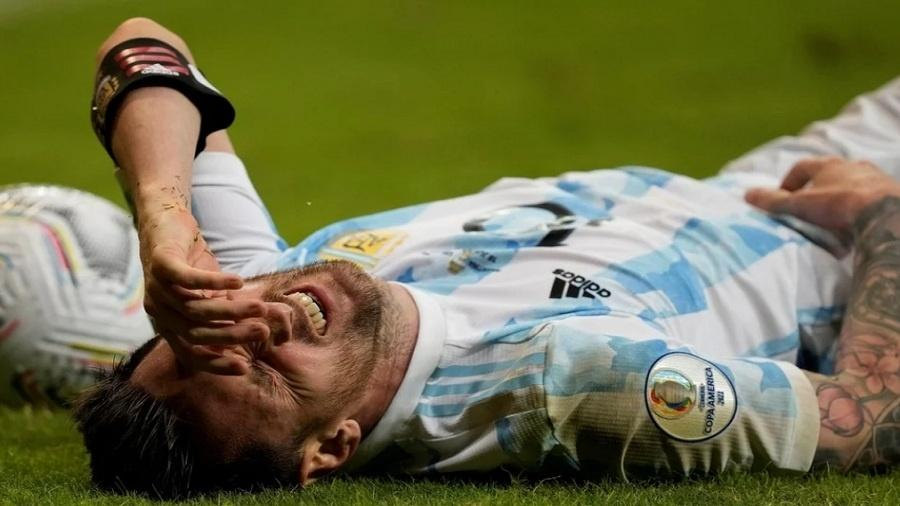 Messi caído no jogo contra o Uruguai pela Copa América - Reprodução Olé