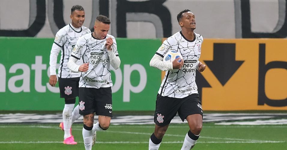 Jô comemora após marcar para o Corinthians contra o Inter