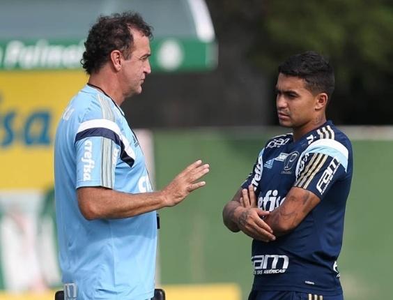 Cuca fala com o meia-atacante Dudu durante os trabalhos do Palmeiras na Academia