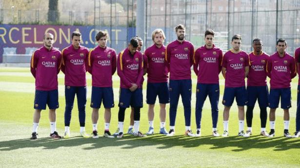 Jogadores do Barcelona em um minuto de silêncio pela morte de Cruyff