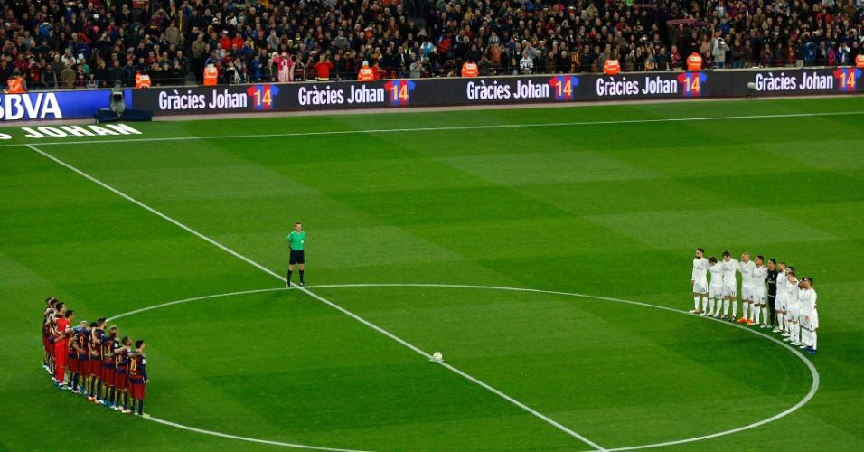 Jogadores de Barcelona e Real Madrid fazem minuto de silêncio em homenagem a Johan Cruyff, ídolo do Barça que morreu na semana passada