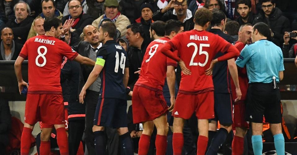 Jogadores do Bayern e do Atlético de Madri discutem após marcação de pênalti