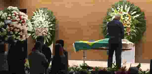 Roberto Dinamite faz oração junto ao caixão de Carlos Alberto Torres - Pedro Ivo Almeida/UOL