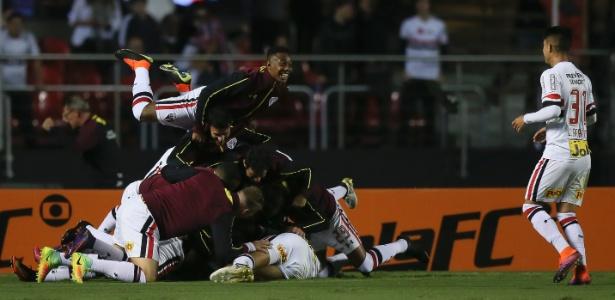 Jogadores fazem festa na goleada sobre o Corinthians