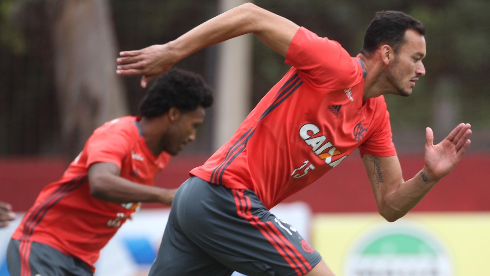 Rafael Vaz e Réver em treinamento no Ninho do Urubu: fim de ano com alívio da dupla de zaga