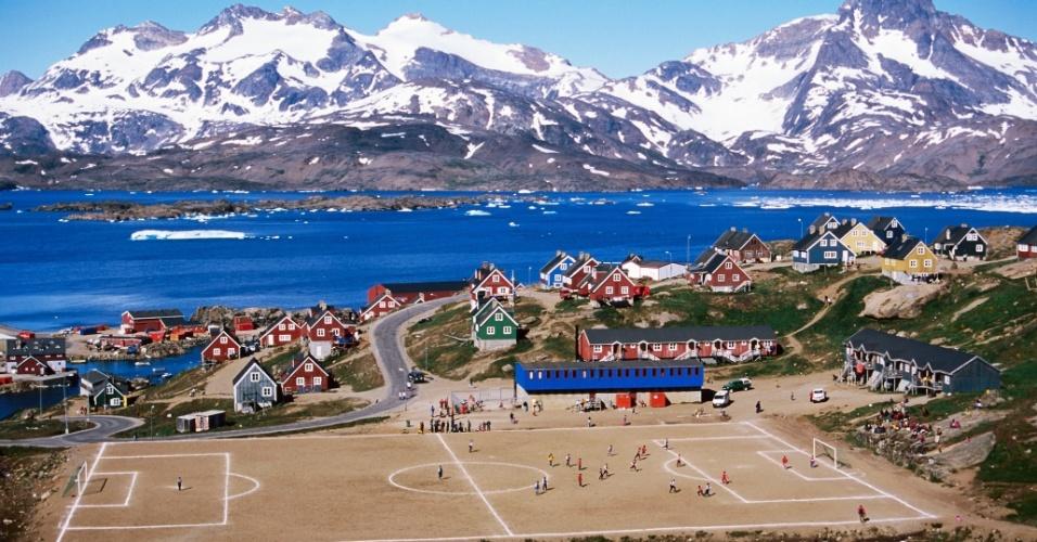 O Tasiilaq Stadion, na Groenlândia, nunca chegou a ter grama de verdade no campo: só terrão