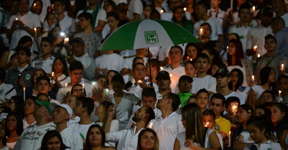 Com roupas brancas e velas, colombianos prestam homenagem à Chapecoense em Medellín