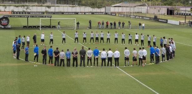 Jogadores do Corinthians se reúnem em treino para homenagear atletas da Chapecoense no último dia 30