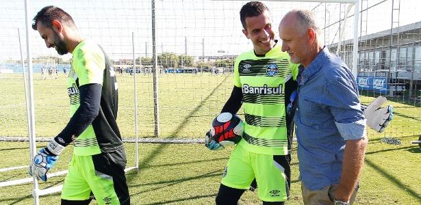 Marcelo Grohe e Taffarel em treinamento do Grêmio em Porto Alegre