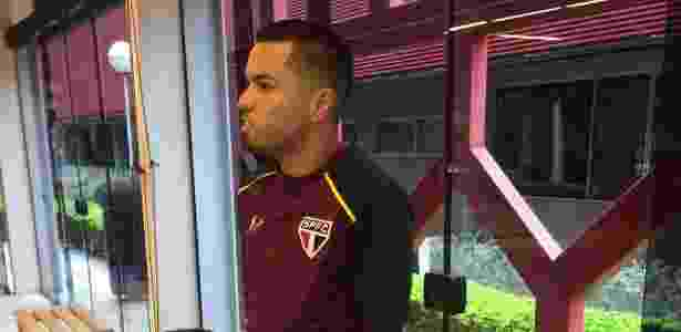Morato ainda usa muletas para se locomover; jogador se lesionou após um jogo - José Eduardo Martins/UOL