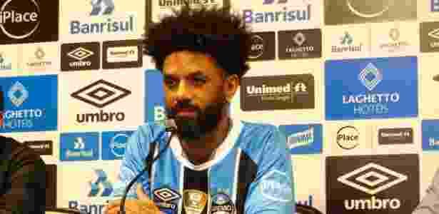Cristian posa com camisa do Grêmio em apresentação oficial - Jeremias Wernek/UOL - Jeremias Wernek/UOL