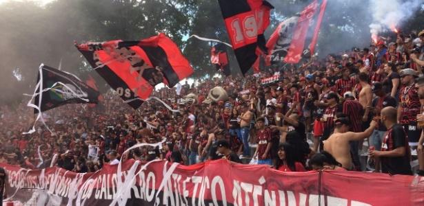 Torcedores protestam na praça em frente ao estádio: assembleia cancelada na Justiça