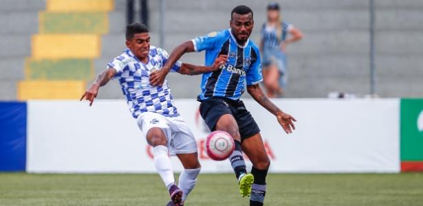 O lateral Leonardo durante lance no jogo entre São José-RS e Grêmio pelo Gaúcho
