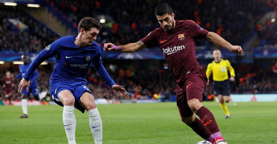Suárez tenta jogada pelo lado esquerdo do ataque do Barcelona