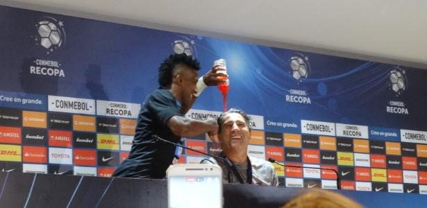 Cortez vira energético no técnico Renato Gaúcho após o título da Recopa - Marinho Saldanha/UOL