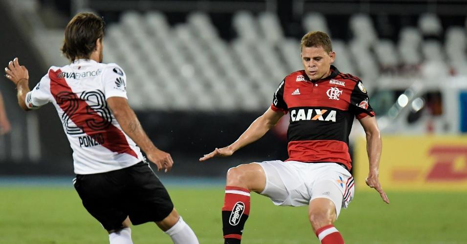 Dividida de bola entre Jonas e Ponzio no jogo entre Flamengo e River Plate