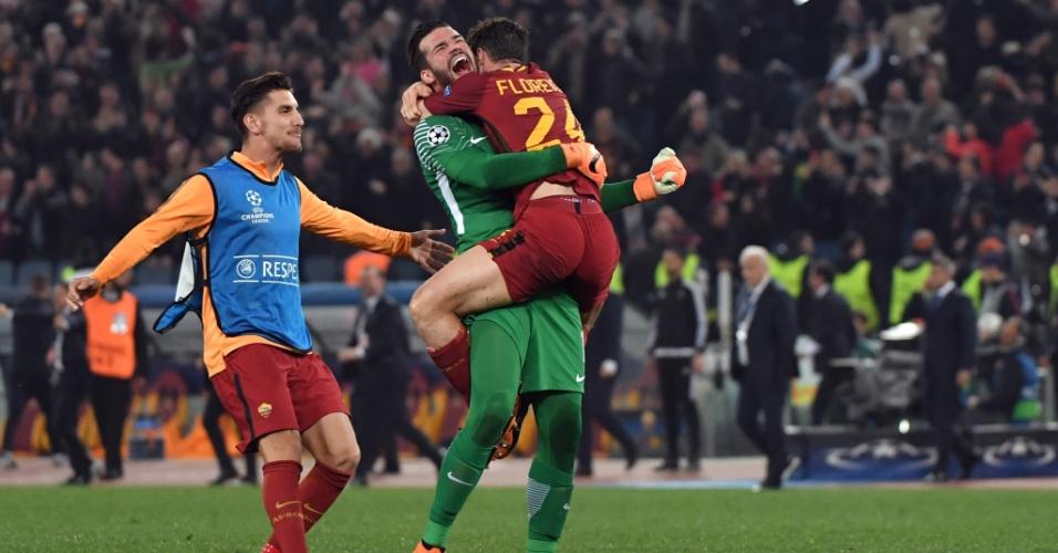 Alisson abraça o jogador Florenzi, da Roma, após a vitória sobre o Barça
