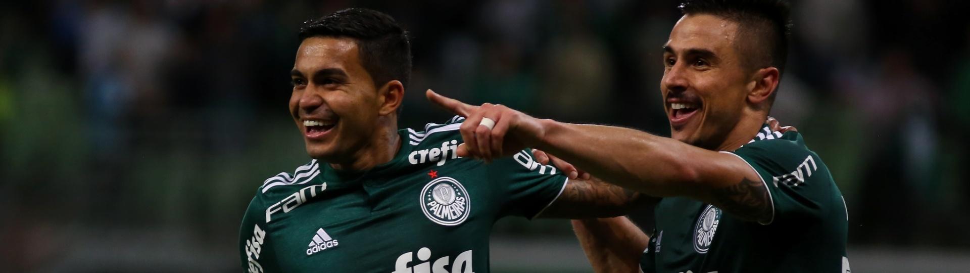Willian comemora com Dudu após marcar o gol do Palmeiras contra o Atlético-PR