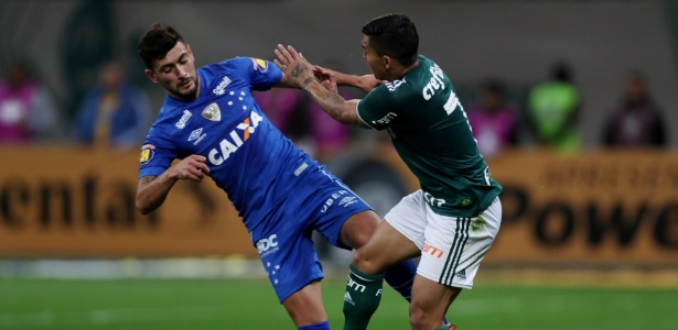 Dudu disputa a bola com Arrascaeta durante jogo entre Palmeiras e Cruzeiro - Paulo Whitaker/Reuters