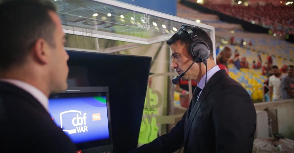 Equipe de arbitragem inspeciona VAR antes de Flamengo x Corinthians