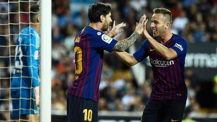 Messi e Arthur comemoram gol do Barcelona - JOSE JORDAN / AFP