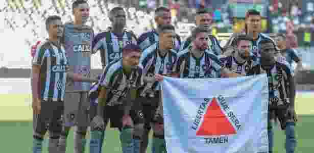 Botafogo posou com bandeira do estado de Minas Gerais em apoio às vítimas de Brumadinho - Thiago Ribeiro/AGIF