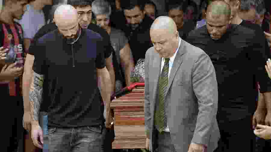Jogador do Nantes, Nicolas Pallois, e amigos carregam caixão do corpo de Emiliano Sala durante funeral na Argentina - JUAN MABROMATA / AFP
