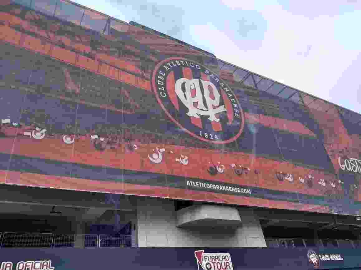 Fachada da Arena da Baixada, em Curitiba, ainda com escudo antigo do Athlético-PR - undefined