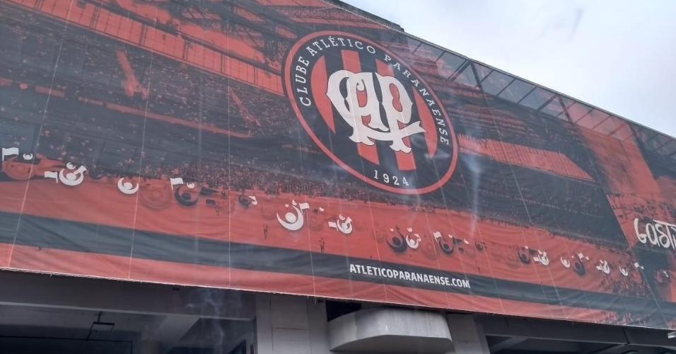 Fachada da Arena da Baixada, em Curitiba, ainda com escudo antigo do Athlético-PR