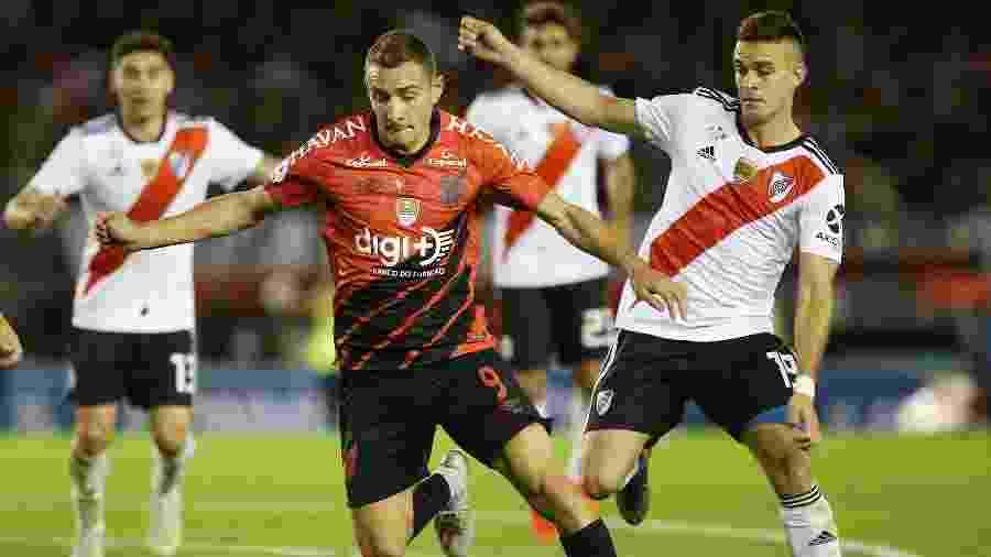 Marco Rubén protege a bola acompanhado de perto pela marcação do River Plate - Agustin Marcarian/Reuters