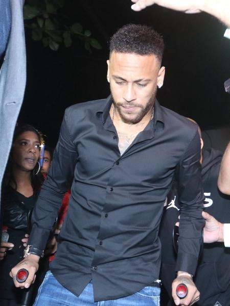 Neymar em sua chegada à delegacia no Rio para depor sobre vazamento de fotos íntimas - Thyago Andrade/AgBrazilNews