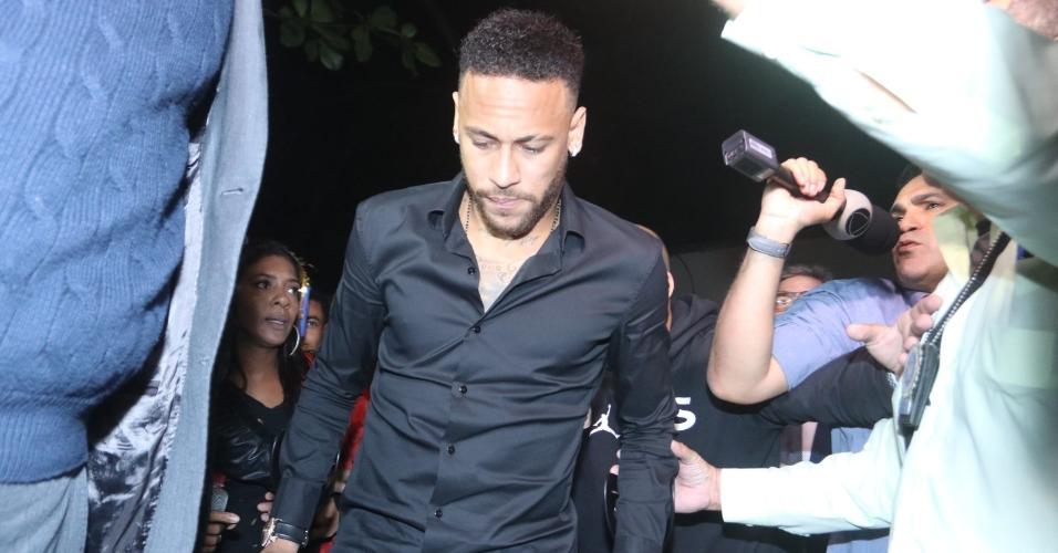 Neymar chega à delegacia no Rio de Janeiro