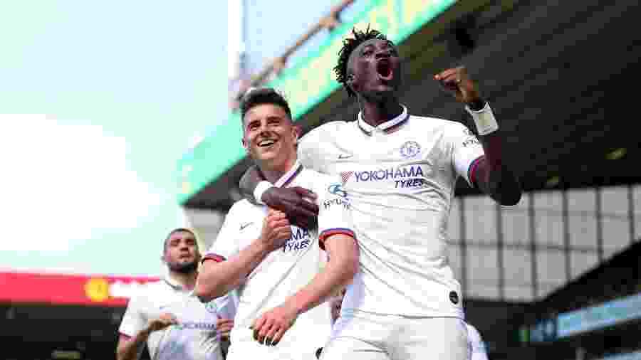 Mason Mount e Tammy Abraham comemoram após gol do Chelsea contra o Norwich pelo Campeonato Inglês - Catherine Ivill/Getty Images