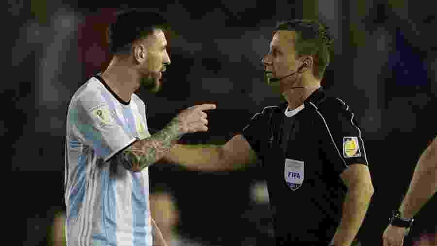 O assistente Emerson Augusto de Carvalho conversa com Messi nas Eliminatórias para a Copa de 2018 - JUAN MABROMATA/AFP