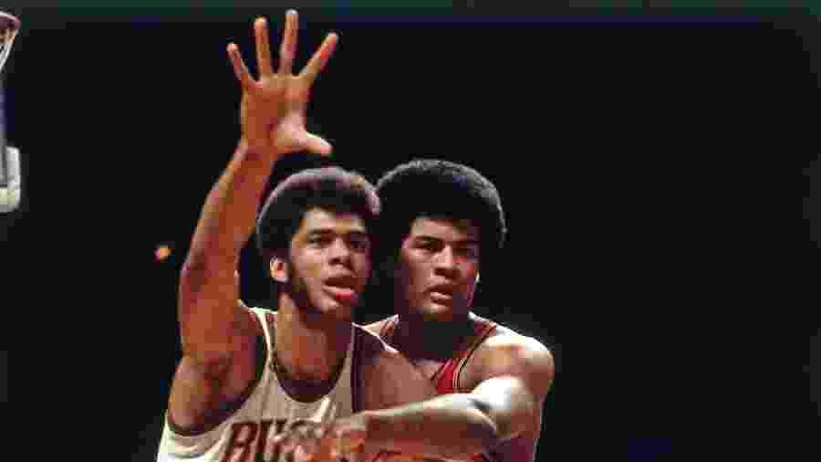 Kareem Abdul-Jabbar, camisa 33 (Esquerda), pelo Milwaukee Bucks e Wes Unseld, camisa 41 (Direita), pelo Bullets - Vernon Biever/NBAE via Getty Images