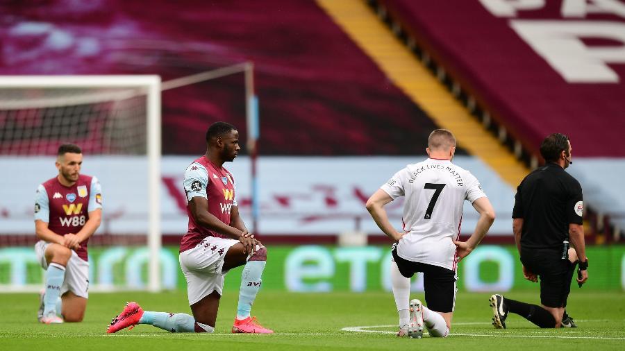Jogadores e árbitro fazem protesto contra o racismo antes de Aston Villa x Sheffield United na Inglaterra - Shaun Botterill/Pool via REUTERS